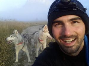 Baptiste est heureux de faire du vélo avec ses chiens!