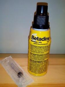Diluer la Bétadine dans de l'eau ou du sérum physiologique et appliquez dans la plaie à l'aide d'une seringue (sans aiguille).